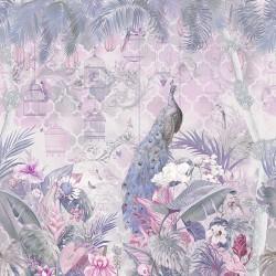 Paon dans jardin tropical avec fleurs et oiseaux, ton rose mauve