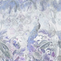 Paon bleu dans jardin tropical avec fleurs et oiseaux, ton bleu violet