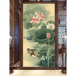 Couple de canard mandarin dans l'étang avec lotus roses et plantes d'eau