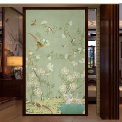 Aigrettes, faisans et oiseaux avec fleurs blanches, fond vert pastel, effet peint sur mur en béton