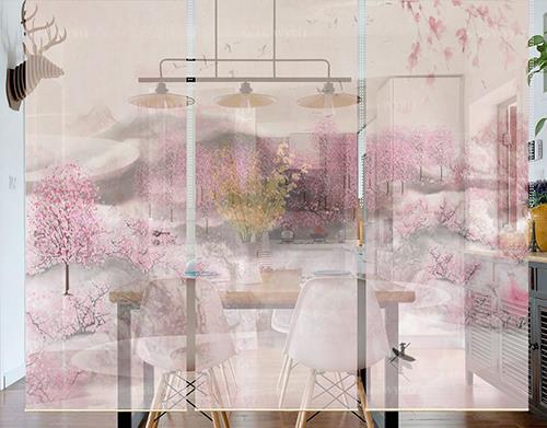 séparation d'espace cuisine séjour salle à manger solution facile sans faire des travaux cloison japonaise amovible sur mesure toile décorative suspendue hauteur réglable paysage de printemps colline rose tapissée de fleurs de pêcher ambiance zen et détente