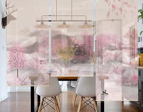 décoration intérieure style asiatique zen cloison séparative légère entre salle à manger et séjour toile semi-transpatente imprimée paysage romantique forêt de pêcher nuage de fleurs roses hauteur réglable