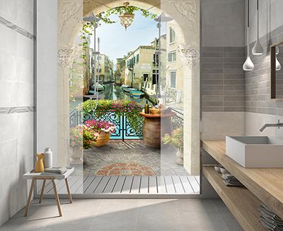 revêtement pvc décoratif paroi de douche impression HD photoréaliste paysage trompe l'oeil faux balcon fleur canal de Vanise,plaque étanche mur de baignoire 3D sur mesure panneau vinyle imprimé paysage de Venise,décoration salle de bain moderne dalle PVC personnalisée paysage de canal vue depuis arche d'un balcon