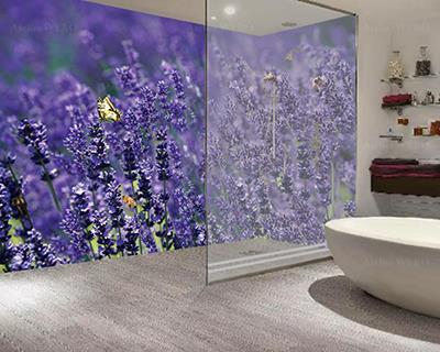Décoration salle de bains provençale lino mural étanche sur mesure couleur violette photo imprimée haute définition paysage nature fleurs de lavande,rénovation cabine de douche lambris décoratif en PVC personnalisé champ de lavande abeille papillon coccinelle