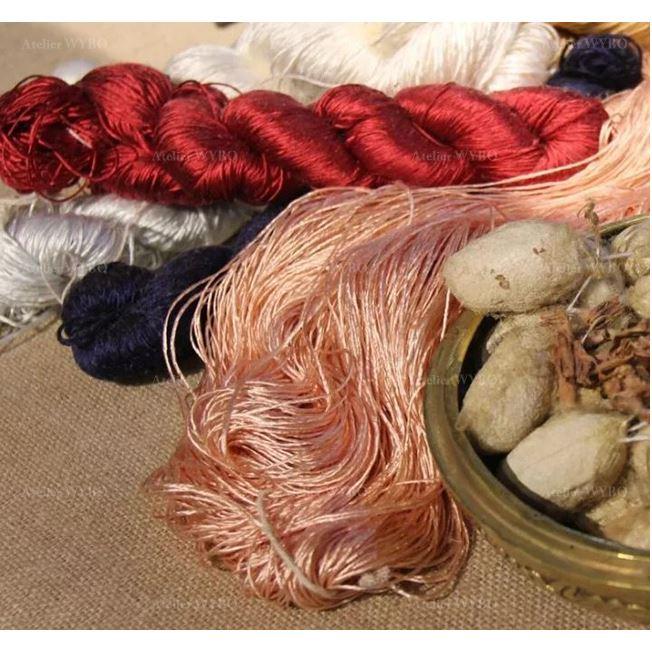 prix tapis pure soie naturelle personnalisé Atelier WYBO, article fabriqué selon vos souhaits entièrement sur mesure, fils de soie sélectionnés issus des cocons à vers à soie naturels, teintures en pigements naturels matière écologique