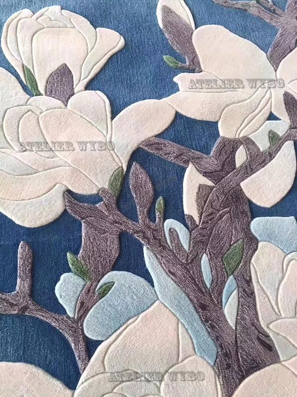 prix tapis artistique pur laine vierge fait main sur mesure motif asiatique,tapis chinois fleur de magnolia sur fond bleu reproduction peinture à l'encre sur tapis oeuvre d'art pièce unique,décoration sol chambre d'hôtel tapis luxe tufté à la main personnalisé velours 3D fleur en relief