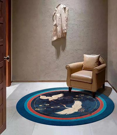 tapis zen personnalisé séjour chambre salle à manger forme ronde couleur bleu style japonais traditionnel,tapis en laine tufté à la main design asiatique grues du Japon et nuages dorés sur fond bleu,tapis de luxe fait main en fils de soie et fibres de bambou dorées oiseaux légendaires dans la nuit bleue
