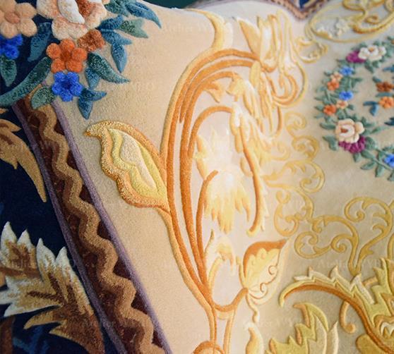 Tapis de luxe salon chambre sur mesure fait à la main motif vintage classique fleurs et feuillages dorés signé Atelier WYBO en laine et soie haut de gamme velours sculpté en relief couleur jaune doré et bleu foncé