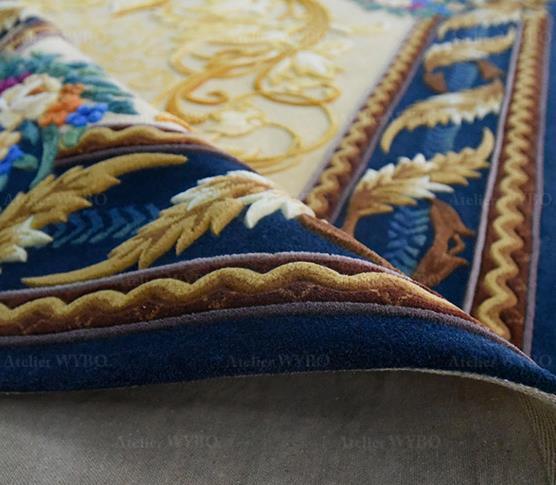 tapis design 3D sur mesure salon séjour chambre descente du lit fleurs et feuilles dorées en relief fond bleu foncé velours sculpté en laine et soie haut de gamme matières nobles fabriqué à la main