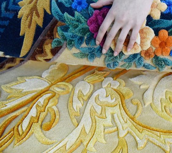 Boutique tapis de luxe sur mesure Atelier WYBO Alpes-Maritimes Valbonne Sophia Antipolis Nice Cannes Monaco magnifique tapis 3D salon chambre design classique motif symétrique petites fleurs de printemps et feuilles d'd'acanthe dorées