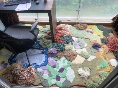réalisation sur mesure d'un tapis 3D épais velours en relief par Atelier WYBO pour un bureau personnel,charmante création moderne tapis paysage en relief colline arbuste pelouse verte étange bleu en pur maine de Nouvelle-Zélande fait à la main.