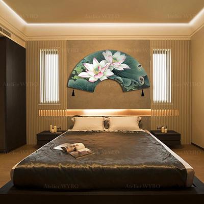 tapis mural personnalisé forme éventail style chinois lotus rose signé Atelier WYBO en laine de Nouvelle-Zélande tufté à la main velours sculpté en relief, habillage chic tête de lit tapis en soie sur mesure fait à la main velours 3D thème fleurs et oiseaux ton vert forme éventail japonais